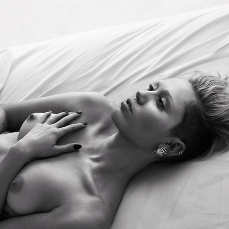 miley_cyrus_naked_w_magazine_bed_photo_shoot_pics_fashion_handbag