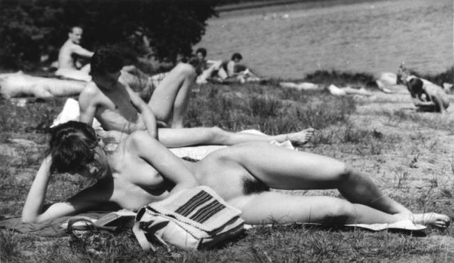 """ADN-ZB/Grimm/17.5.1989/Berlin: Wetter/ Der """"nackte"""" Wahnsinn sind die Temperaturen dieser Tage - am Langen See in entsprechender Aufmachung scheinen sie erträglich zu sein."""