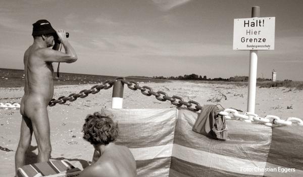 Illustration zu unserem Bericht:Vor 10 Jahren wurde Deutschlands noerdlichster Grenzpunkt geoeffnet (nordbild) KIEL, 2.2.00 Das Archivfoto, aufgenommen im Juli 1987, zeigt die bundesdeutsche Seite zur DDR-Grenze am FKK-Strand auf dem Priwall in Luebeck-Travemuende. Vor 10 Jahren, am 3.2.1990, wurde Deutschlands nördlichster Grenzpunkt zwischen Priwall und dem mecklenburgischen Dorf Poetenitz geoeffnet. Trotz der Einweihung einer neuen Landstrasse 3 Jahre spaeter konnte der Luebecker Stadtteil Priwall bisher nur wenig von der Oeffnung nach Osten profitieren. Dem Stadtteil direkt an der Ostsee mit feinem Sandstrand fehlt es an touristischer Infrastruktur. (nordbild, Christian Eggers)