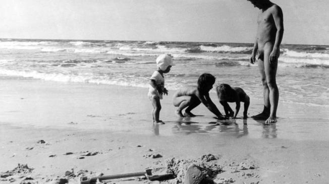 Ein-Vater-mit-seinen-Kindern-am-FKK-Strand-bei-Nonnewitz-auf-der-Insel-R-gen