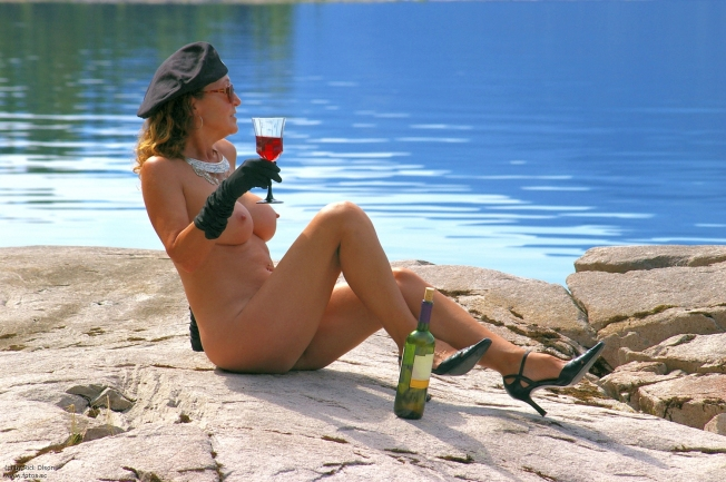 lady_shoes_bottle_wine_glass_cap_beret_drinking_hat_high_heels_sunglasses_model_necklace_nude_naked_glass_erotic_nudes_heels_red_wine_wine_sexy_pose_w