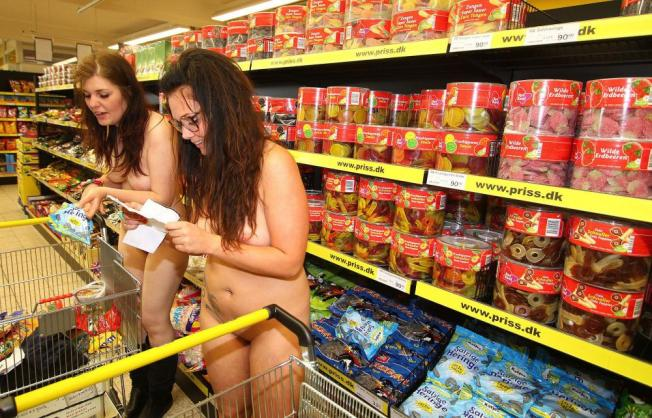 epa03267796 Two customers check their shopping list as they visit a newly opened super market at the Danisch-German border town of Suederluegum, Germany, 16 June 2012. As an advertising gag the shop owner had offered free shopping to up to 2,000 Danish Crowns (DKK), equivalent to about 270 Euro, for the first 100 customers - if they come nude.  EPA/Sebastian Iwersen / Free Shopping for first 100 nude customers / DPA / Sebastian Iwersen / epa03267796 / GERMANY CURIOSITIES NUDE SHOPPING / CONSUMER GOODS; CURIOSITIES / SUEDERLUEGUM