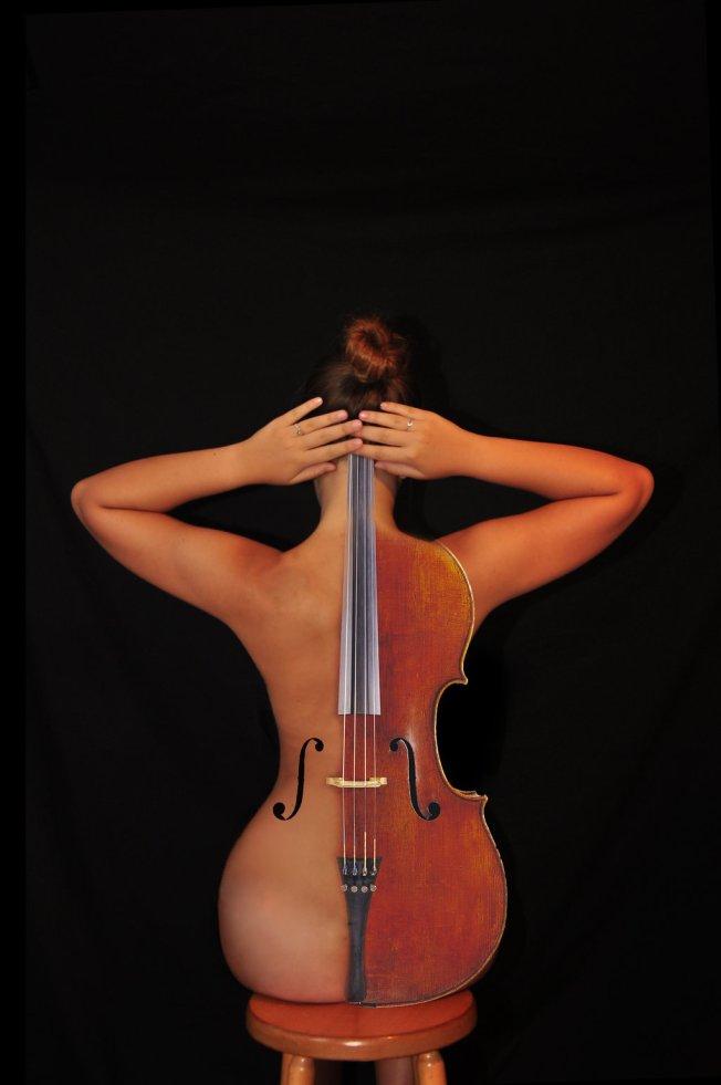 a-weird-viola-nude