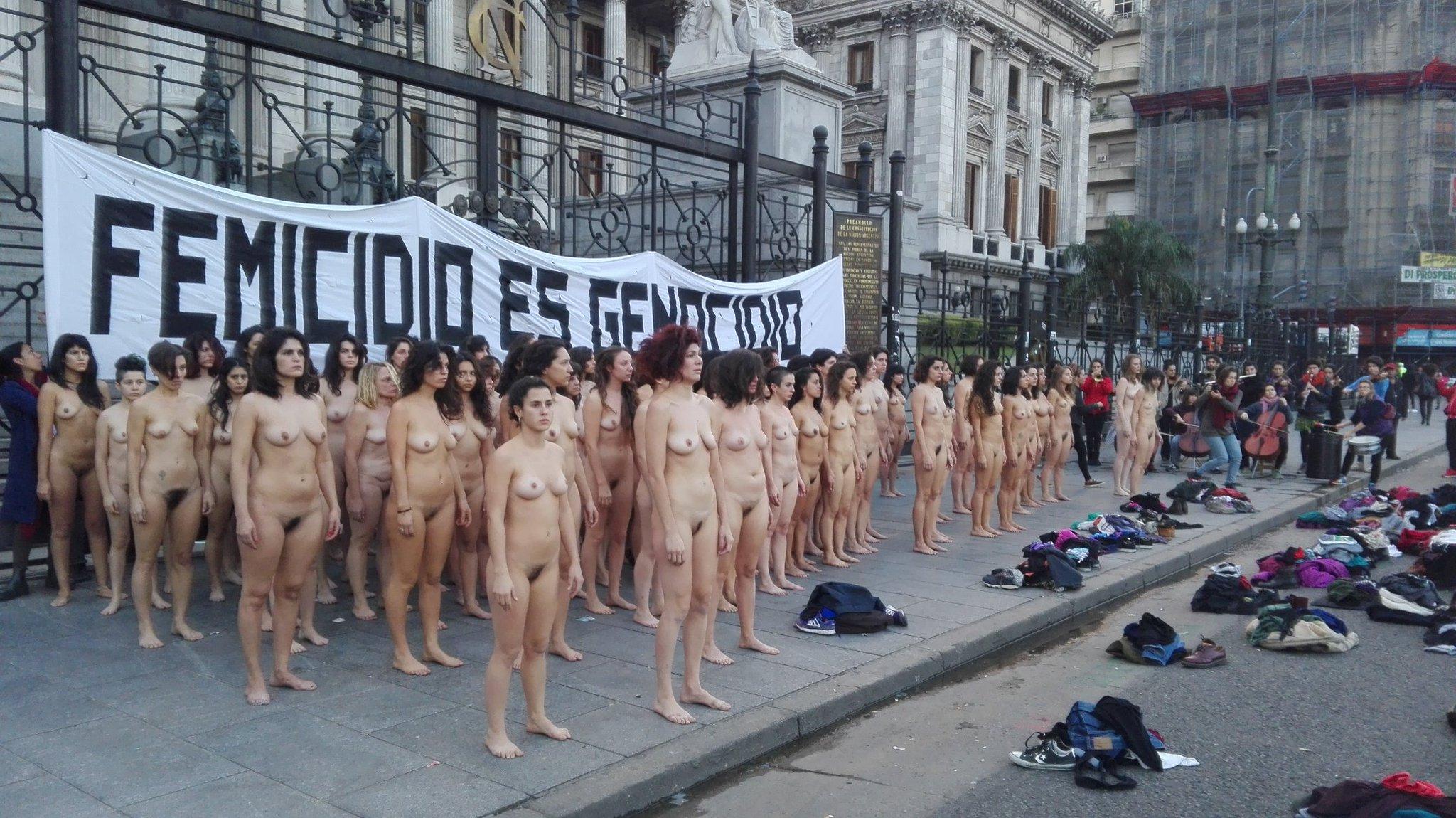 протесты голых девчат мамы